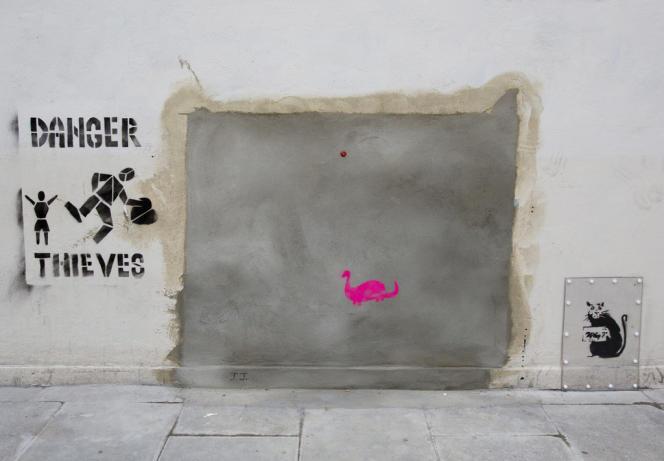 Sur un mur de Wood Lane, dans le nord londonien, un autre pochoir en noir et blanc de Banksy, réalisé en 2012, a été enlevé et vendu 900 000 dollars (678 000 euros) à un collectionneur privé par l'intermédiaire d'un site d'une salle de ventes américaine.