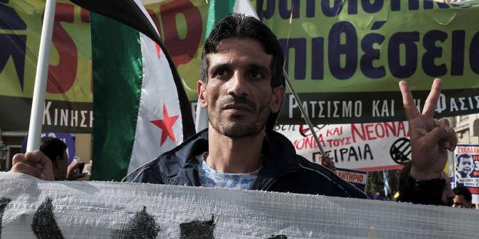 Des réfugiés syriens manifestent à Athènes le 30 mars pour demander la citoyenneté grecque pour les enfants de migrants nés en Grèce.