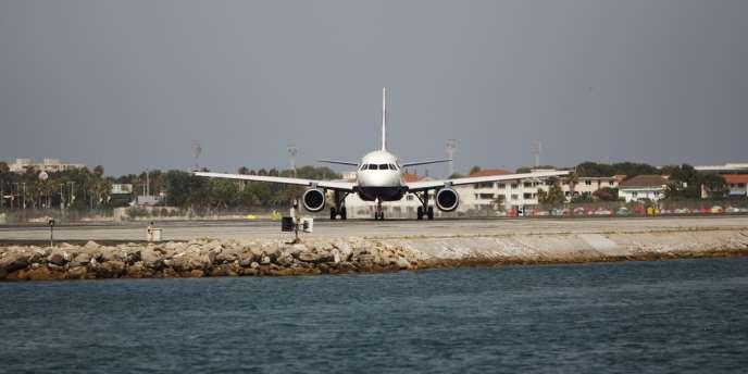 Madrid étudie également la possibilité d'interdire l'espace aérien espagnol aux avions se rendant à Gibraltar (ici un avion British Airways à l'aéroport de Gibraltar, le 4 août 2013).