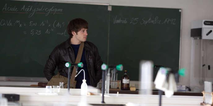 L'élève de terminale Simon (Laurent Delbecque) manque à l'appel. Des traces de son sang sont retrouvées dans une classe.
