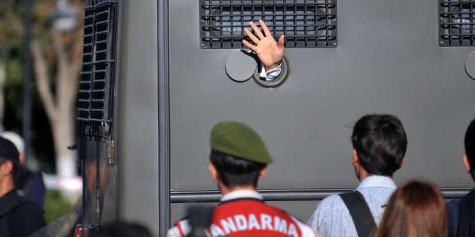 Un prisonnier d'Ergenekon emmené dans un véhicule blindé de la police, le 5 août 2013, à Istanbul.