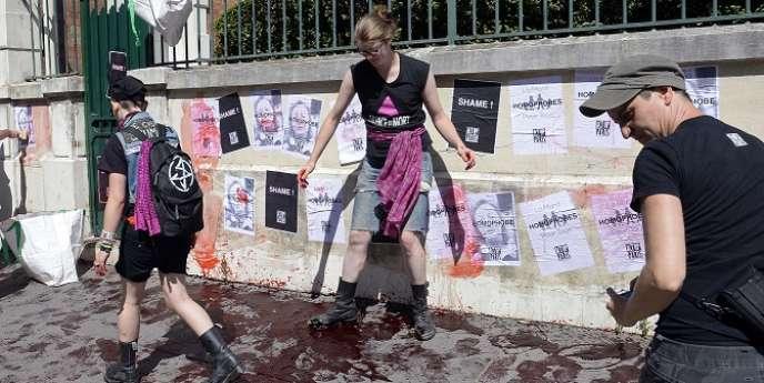 Les militants d'Act Up versent du faux sang et collent des affiches portant les mots