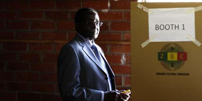 Robert Mugabe, dans un bureau de vote, le 31 juillet, à Harare.