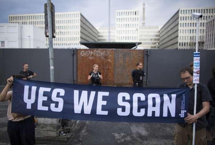 Des militants protestent contre la coopération des services de renseignement allemands dans le programme de surveillance de l'Agence nationale de sécurité américaine, le 29 juillet, à Berlin.