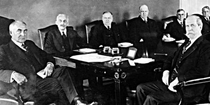 Warren G. Harding (à gauche) et les membres de son cabinet, dont le secrétaire d'Etat à l'intérieur, Albert Fall (deuxième en partant de la droite), à l'origine du scandale de Teapot Dome (Wyoming) en 1921.