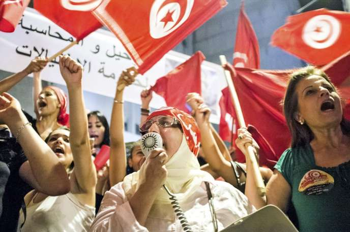 Des dizaines de milliers de manifestants se sont rassemblés sur la place du Bardo le 6 août.