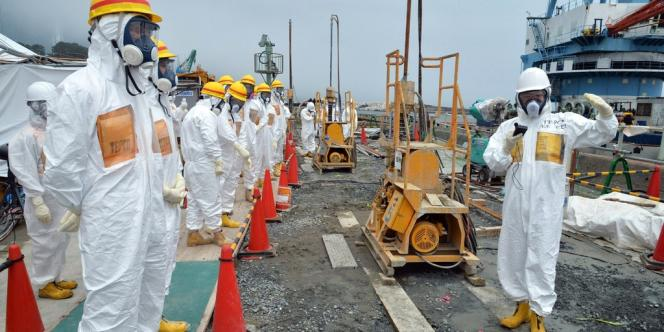 Mardi 6 août, des experts nucléaires et des élus locaux inspectent un site de construction de barrières destinées à prévenir les fuites d'eau radioactive dans l'océan Pacifique.