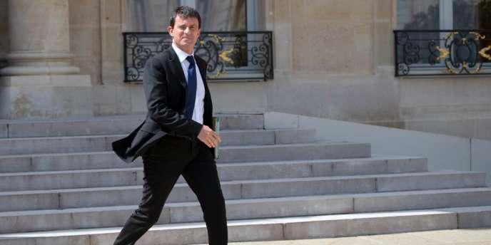 Dix mois après la publication de la circulaire du 18 octobre 2012 qui assouplissait les conditions d'accès à la nationalité française, le ministre de l'intérieur devait présenter, mercredi 28 août, en conseil des ministres, deux décrets les facilitant davantage.