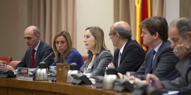 La ministre de l'équipement espagnole, Ana Pastor, au centre, s'est exprimée vendredi 9 août devant la commission parlementaire sur l'accident de train de Saint-Jacques de Compostelle.