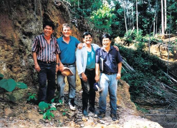 L'équipe de la compagnie minière canadienne Bre-X chargée du projet d'exploitation du site de Busang (Indonésie), en 1996. De gauche à droite, Jerry Alo, ouvrier métallurgiste, John Felderhof, le géologue en chef, et les géologues Michael de Guzman et Cesar Puspos.