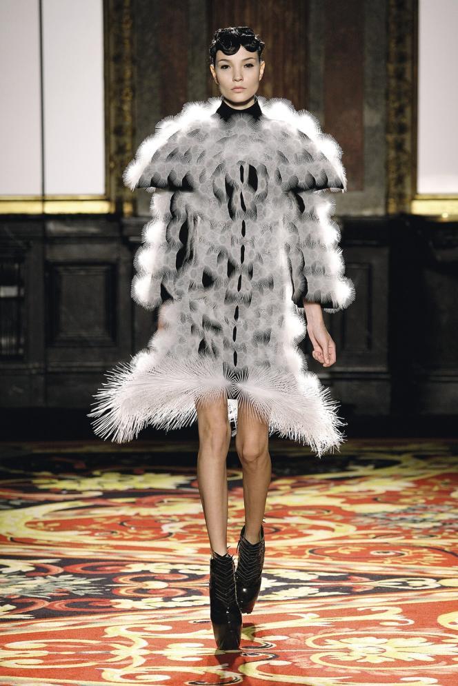 Les créations de  la collection  Voltage, présentée lors de la semaine de la haute couture en janvier  (ci-dessus), ont été fabriquées grâce à une  imprimante 3D. Les innovations  d'Iris van Herpen  (ci-dessus,  à droite) sont  exposées à la  Cité internationale  de la dentelle  et de la mode à Calais (ci-contre) -
