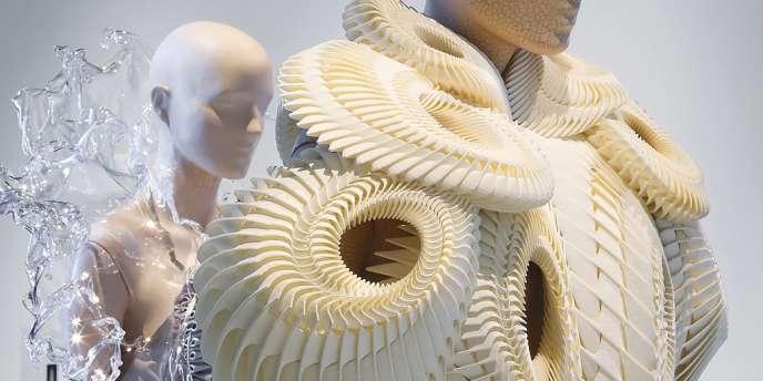 Les innovations  d'Iris van Herpen sont exposées à la Cité internationale de la dentelle et de la mode à Calais.