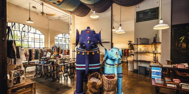 Ho Chi  Minh-Ville  voit fleurir  les boutiques à l'occidentale, comme L'Usine, concept store qui réunit magasin  de vêtements de créateurs, librairie et café (1, 3, 4). -