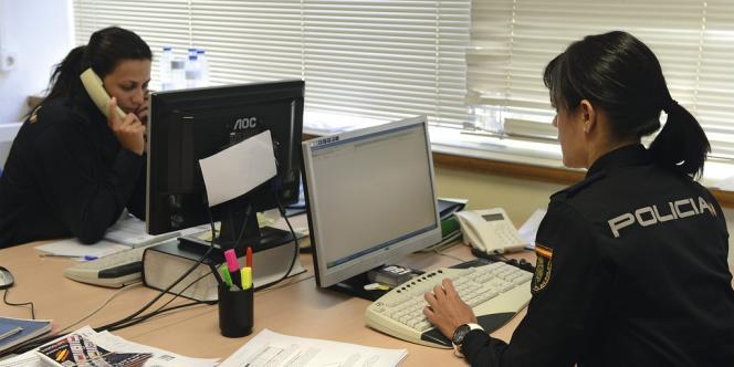 Installés à Madrid, huit fonctionnaires de police sont chargés de la communication, notamment  sur les réseaux sociaux. -