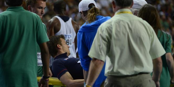 Christophe Lemaitre est emporté sur une civière après la finale du 100 m, dimanche 11 août à Moscou.