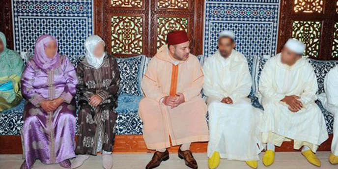 Le roi Mohammed VI a reçu les familles des victimes du pédophile espagnol Daniel Galvan, le 7 août. Leurs visages ont été floutés.