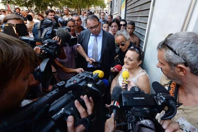 Le candidat PS à la mairie de Marseille, Patrick Mennucci, se mêle, le 11 août, aux journalistes pour écouter Leila Amari, qui a appelé les secours après l'agression de Jérémie Labrousse.