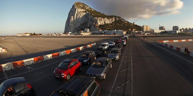 Mardi 13 août, des files d'attente de plusieurs kilomètres de long, selon des journalistes de l'AFP, se sont à nouveau formées à l'entrée du petit territoire, à la pointe sud de l'Espagne.