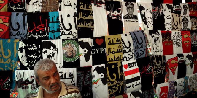 Tee-shirts dans un magasin du Caire. Certains comportent une photo du général Abdel Fattah Al -Sissi, nouvel homme fort du régime.