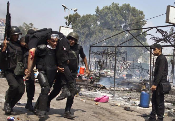 A la suite de la destitution de M. Morsi, policiers et soldats ont tué plus de1400manifestants pro-Morsi et plus de 15 000 Frères musulmans ou sympathisants ont été emprisonnés.
