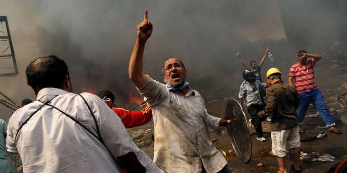 Sur le front de la mosquée de Rabiya, au Caire, le 14 août. L'évacuation des campements des pro-Morsi a fait 124 morts.