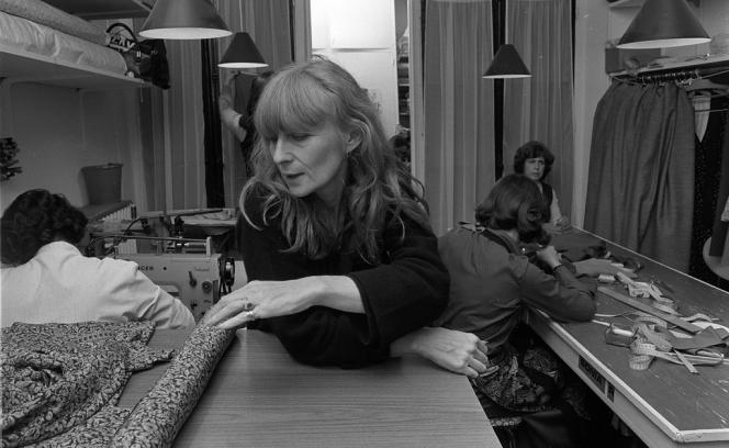 Sonia Rykiel dans son atelier, à Paris, en 1975.