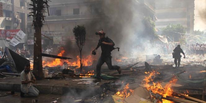 La présidence égyptienne a décrété pour un mois l'état d'urgence, l'un des symboles de l'arbitraire de l'ancien régime d'Hosni Moubarak.