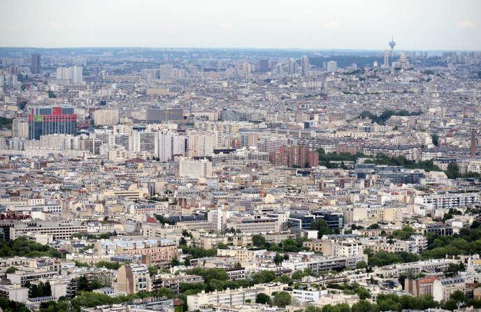 Une vue aérienne de Courbevoie et Paris, en mai 2012.