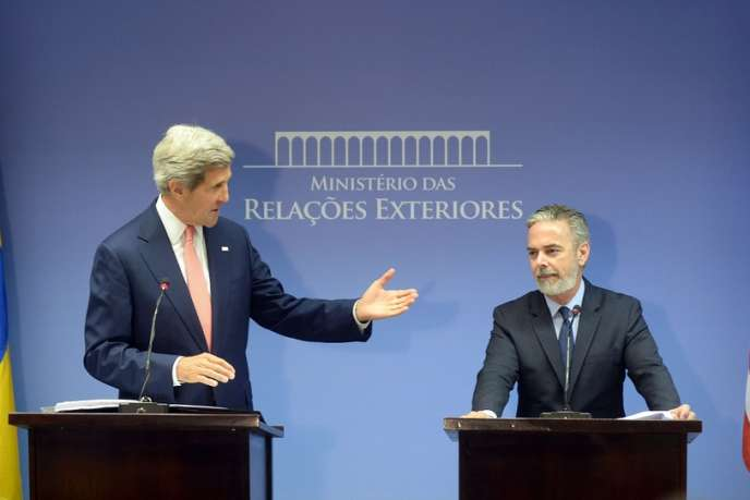 Le secrétaire d'Etat américain, John Kerry, et le ministre des affaires étrangères brésilien, Antonio Patriota, à Brasilia, le 13 août. Antonio Patriota a souligné que les révélations d'Edward Snowden pourraient nuire aux relations entre le Brésil et les Etats-Unis.