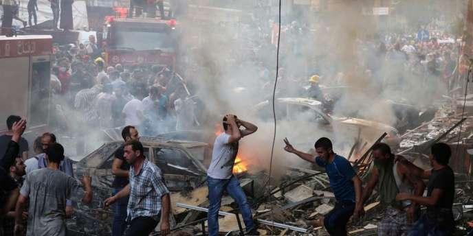 Sur le site de l'attentat, quelques minutes après l'explosion d'une voiture piégée, le 15 août dans la banlieue sud de Beyrouth.