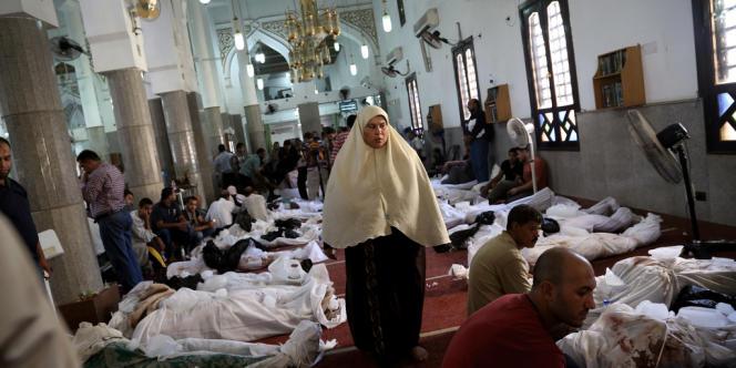 Une femme déambule parmi les cadavres dans la mosquée Nour Al-Iman, au Caire. Jeudi 15 août, on dénombrait environ 200 linceuls disposés au sol dans la mosquée.