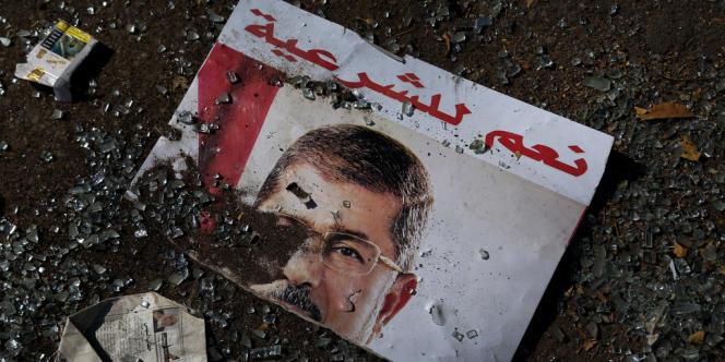 Un poster de soutien au président déchu Mohamed Morsi sur la place Rabiya, au Caire, après l'évacuation par les forces de sécurité, le 14 août 2013.