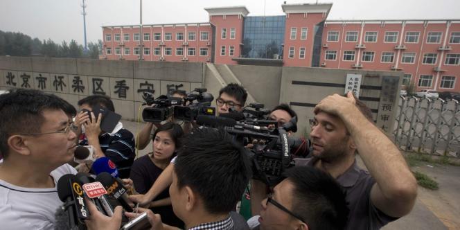 Des journalistes interviewent Liu Tong, le frère de Liu Hui, condamné à onze ans de prison en appel, le 16 août à Pékin.