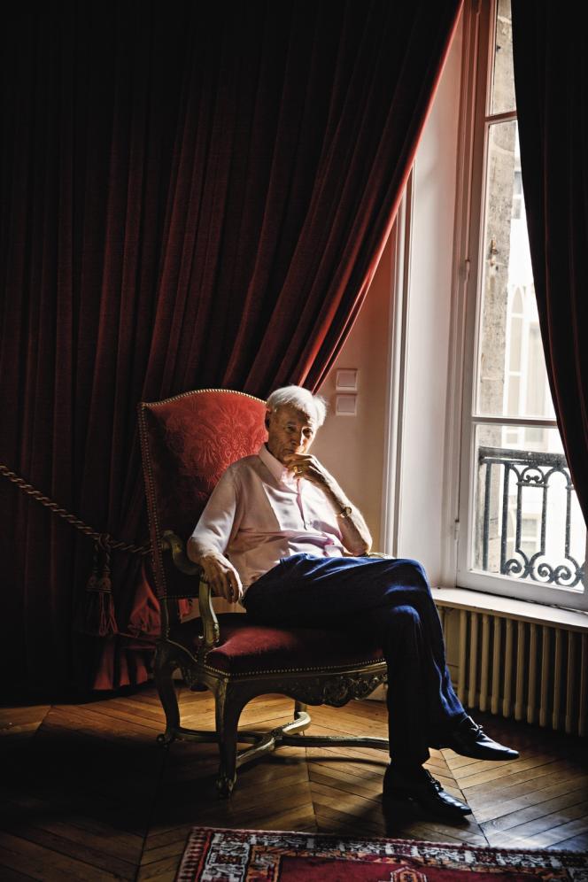 Gérard de Villiers dans son appartement de l'avenue Foch.