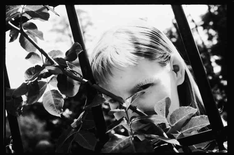 """""""Cette photo de Kirsten Owen, parfaite pour mes images, a été prise dans les années 1980 pendant un shooting pour Marie-Claire, dans les jardins de l'Hôtel Trianon Palace, à Versailles. Comme souvent, j'en ai profité pour faire des images pour moi, dans le cadre d'un projet de livre, toujours en cours, """"Filles dans l'herbe"""". Cette photo en fait partie. Je l'ai prise avec une pellicule Kodak, sans grain. En convainquant un labo de la développer comme une diapo et non comme un négatif, on pouvait obtenir cette qualité stupéfiante."""" -"""