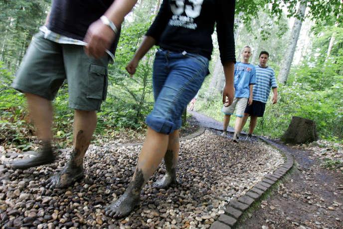 Au Barfuss Park de Dornstetten en Forêt noire (Allemagne), un circuit a été aménagé pour marcher pieds nus.