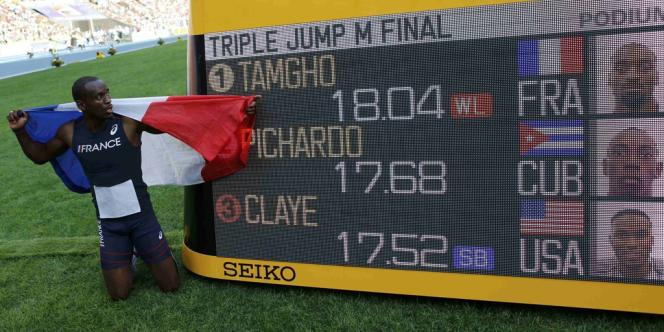 Le Français Teddy Tamgho est devenu champion du monde du triple saut avec un énorme bond à 18,04 m, nouveau record de France, dimanche à Moscou.