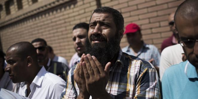 Un ami d'Ammar Badie, le fils du guide spirituel des Frères musulmans Mohamed Badie, mort vendredi au Caire, prie à ses funérailles, le 18 août.