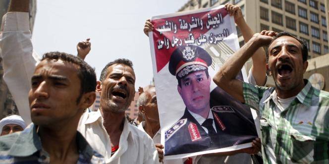 Des partisans du gouvernement de transition égyptien manifestent le 17 août devant la mosquée Al-Fateh, au Caire.