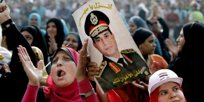 Des partisans du général Abdel Fattah Al-Sissi (sur l'affiche), le 8 juillet au Caire.