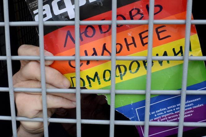 Un militant gay dans un fourgon de police après son arrestation lors d'une manifestation en faveur des droits des homosexuels, le 25 mai. En adoptant une loi qui stigmatise les homosexuels et interdit toute