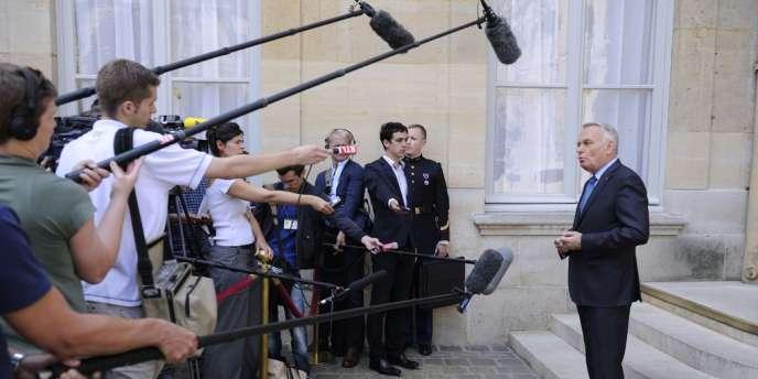 Allocution devant la presse de Jean-Marc Ayrault, sur le perron de Matignon, le 13 août.