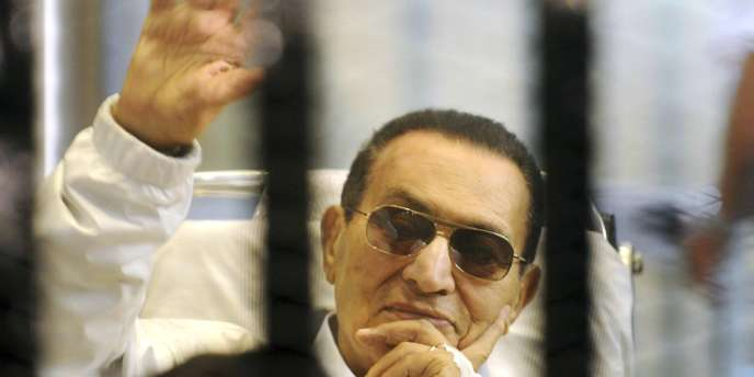 L'ancien président égyptien Hosni Moubarak lors de l'ouverture de son procès en appel le 13 avril 2013.