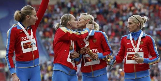 Les finalistes russes du relais 4x400 m Kseniya Ryzhova et Tatiana Firova s'embrassent sur le podium, à Moscou, samedi 17 août.