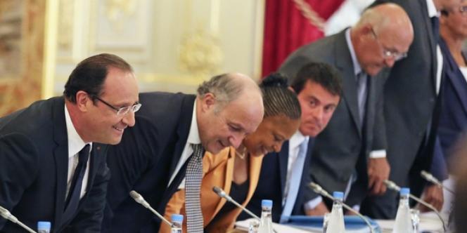 François Hollande, entouré de plusieurs ministres du gouvernement et d'Anne Lauvergeon, lundi 19 août, lors du séminaire de rentrée politique consacré à