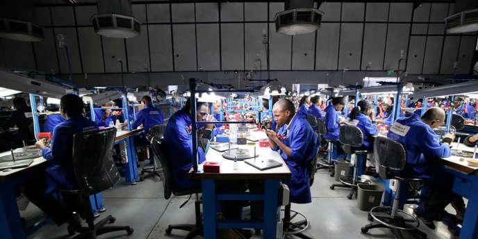 Des employés taillent et polissent des diamants dans les ateliers de la compagnie Shrenuj à Gaborone, au Botswana, en octobre 2012.