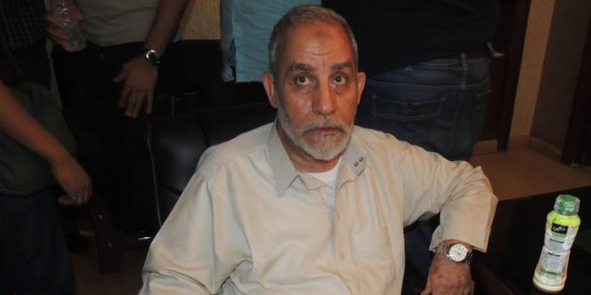 Le leader des Frères musulmans, Mohamed Badie, lors de son arrestation, mardi 20 août.