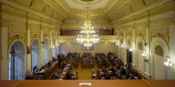 Les députés tchèques ont voté en faveur de l'autodissolution de la chambre basse, mardi 20 août.