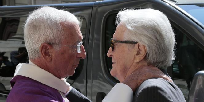 L'ancien ministre Roland Dumas accueilli par le père Alain Maillard de La Morandais à l'enterrement de Jacques Vergès.