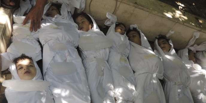 Des corps d'enfants dans la banlieue de Damas, mercredi 21 août. Les bombardements auraient fait au moins une centaine de morts selon une ONG, alors que l'opposition syrienne évoque plus de 1 000 victimes.